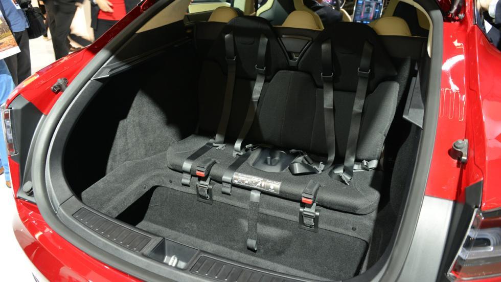 Cinco coches deportivos prácticos Tesla Model S trasera