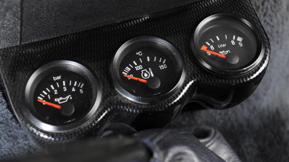 Detalle de relojes adicionales del Porsche B32