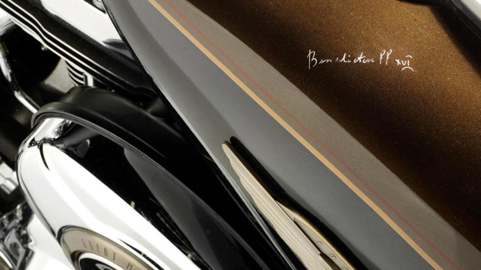 Subasta de la Harley-Davidson del Papa Benedicto XVI firma
