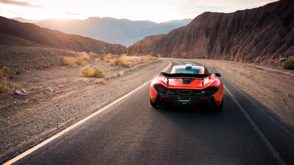 McLaren P1 en Death Valley trasera