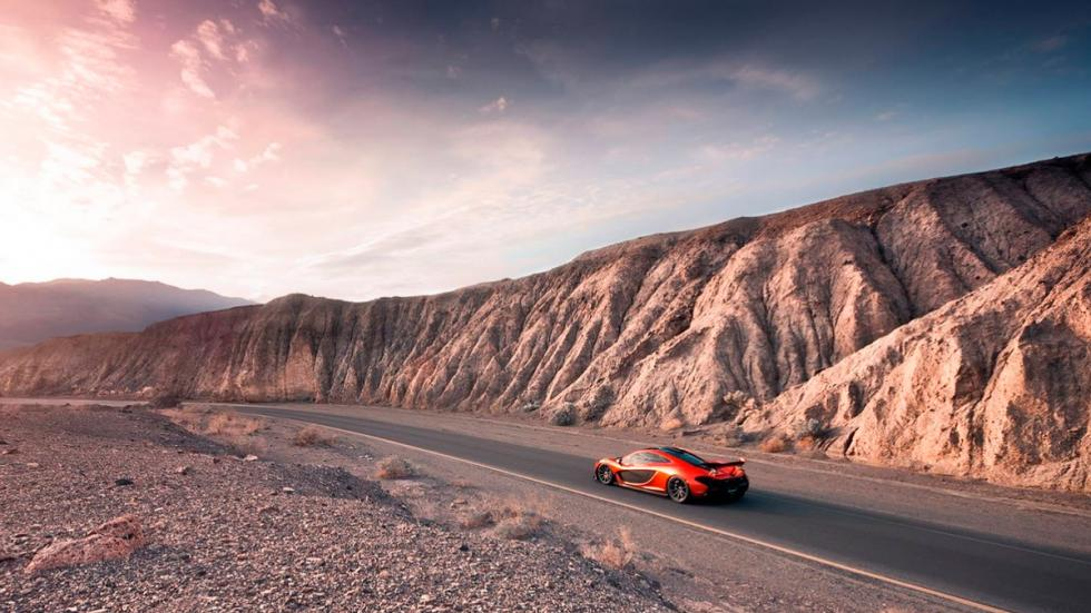 McLaren P1 en Death Valley horizonte