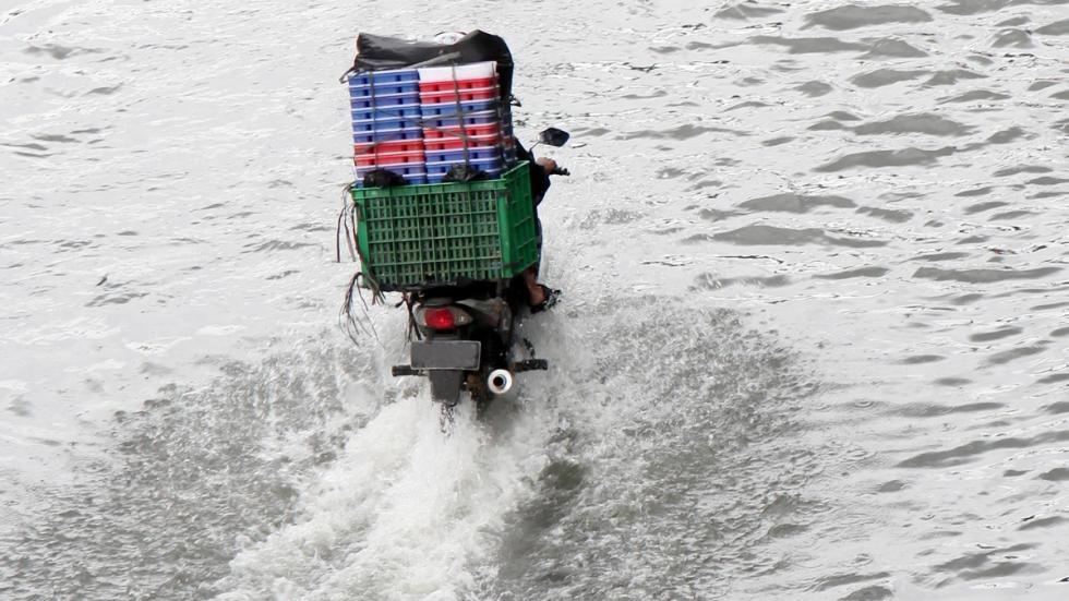 Conducción-lluvia-moto-tracción