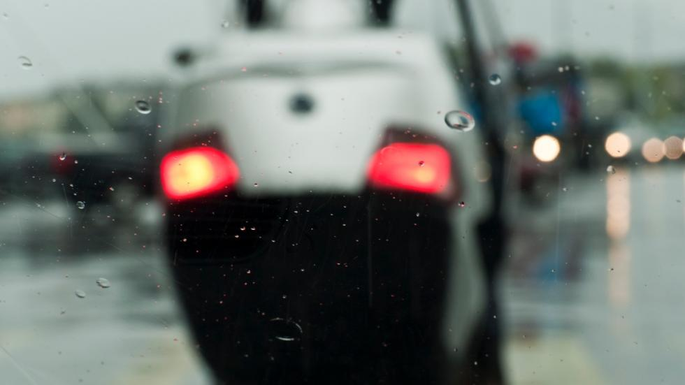 Conducción-lluvia-moto-firme-deslizante-frenada