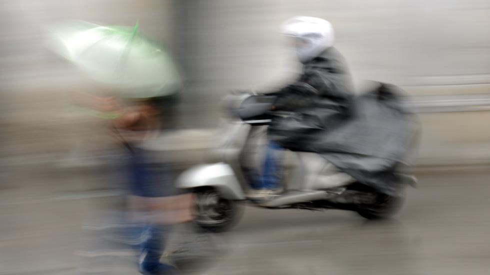 Conducción-lluvia-moto-firme-deslizante-peatones