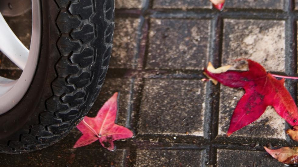 Conducción-lluvia-moto-hojas