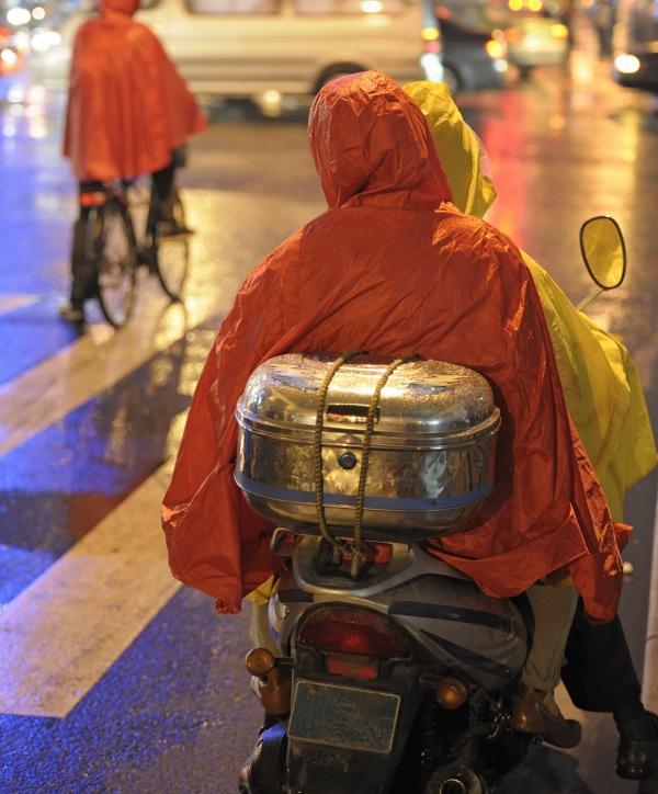 Conducción-lluvia-moto-pasajero
