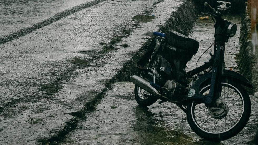 Conducción-lluvia-moto-aparcar