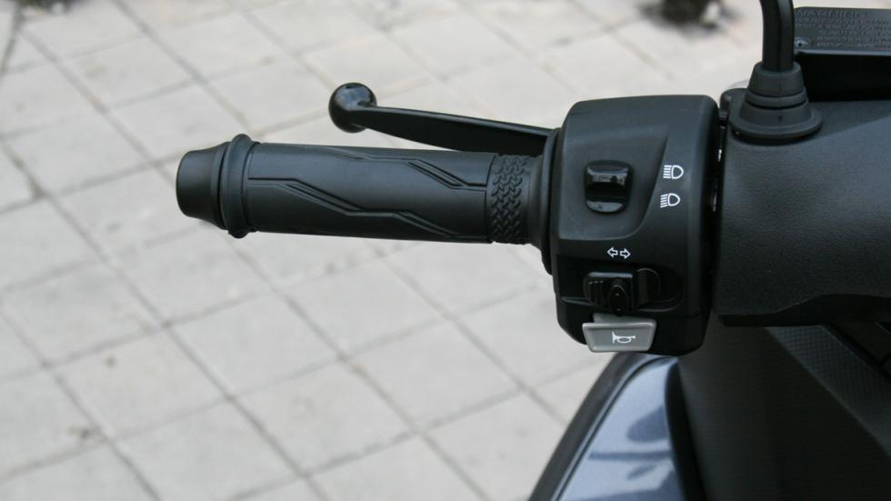 Yamaha-Tricity-125-puño-izquierdo