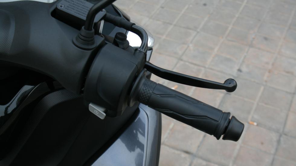 Yamaha-Tricity-125-puño-derecho