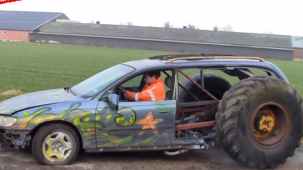 Coches estúpidos Omega con ruedas de tractor