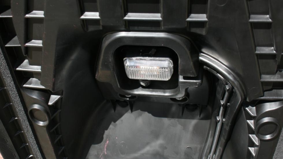 Suzuki-Burgman-400-luz-maletero