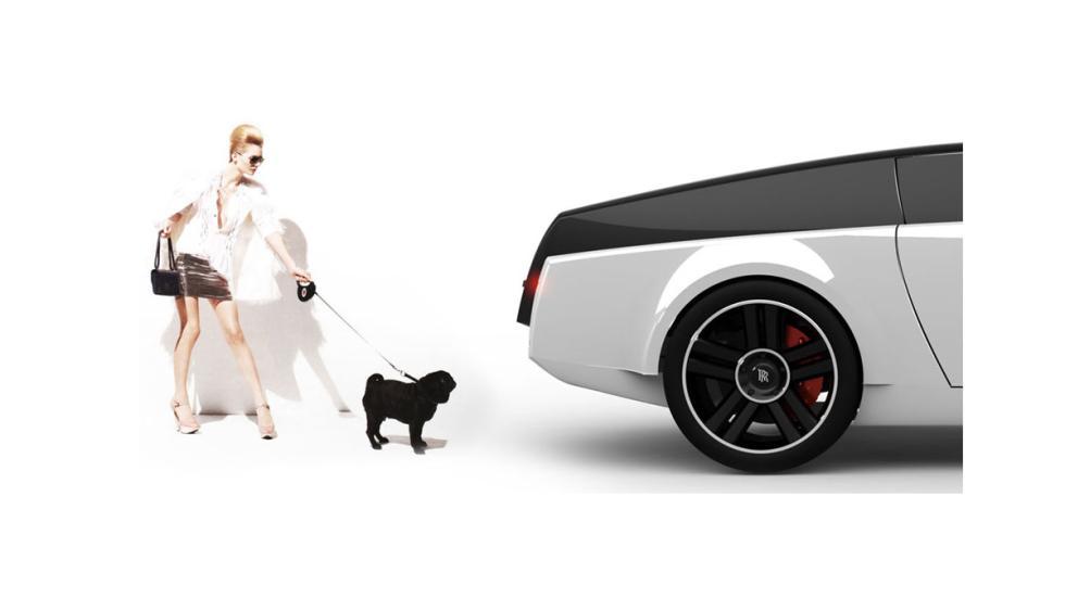 El Rolls Royce abre el portón ante la presencia del perro