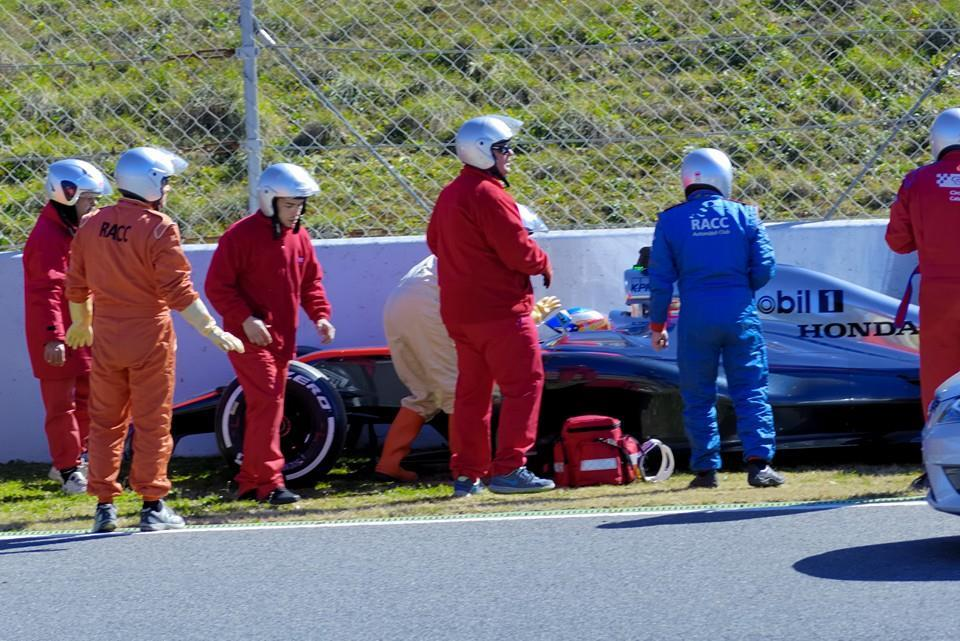 accidente-alonso-barcelona-f1-asistencia