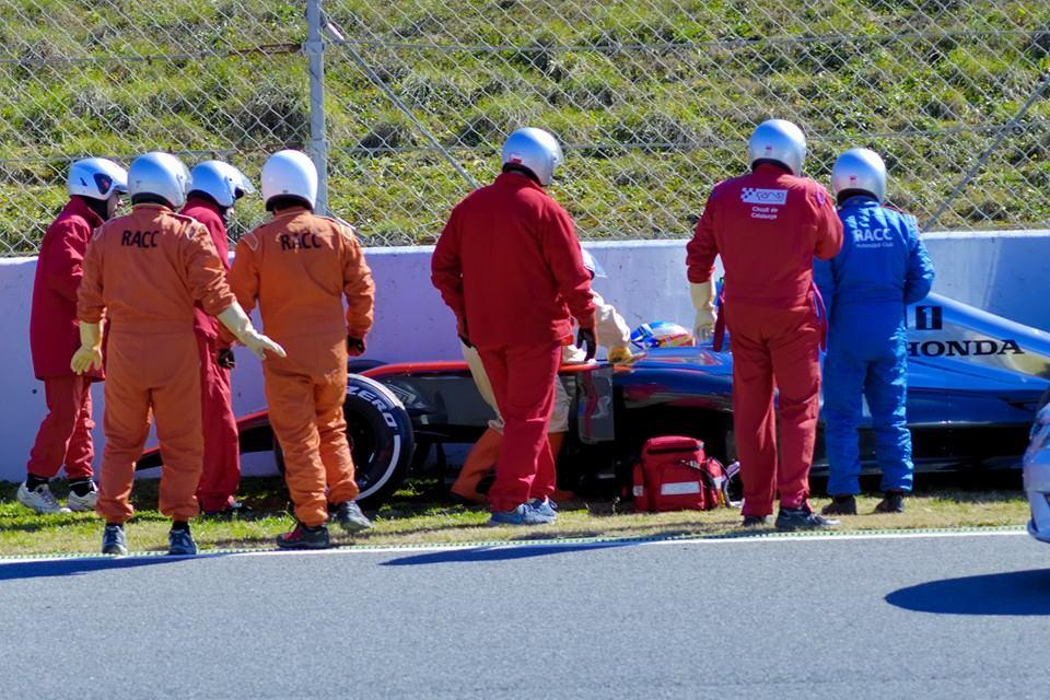 imagen-golpe-alonso-accidente-barcelona-asistencia