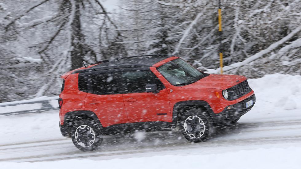 Jeep Renegade en hielo y nieve lateral