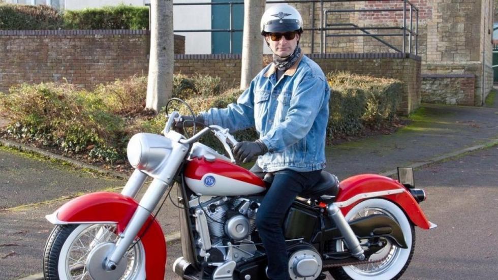 auténtica-maqueta-moto-hombre-sentado