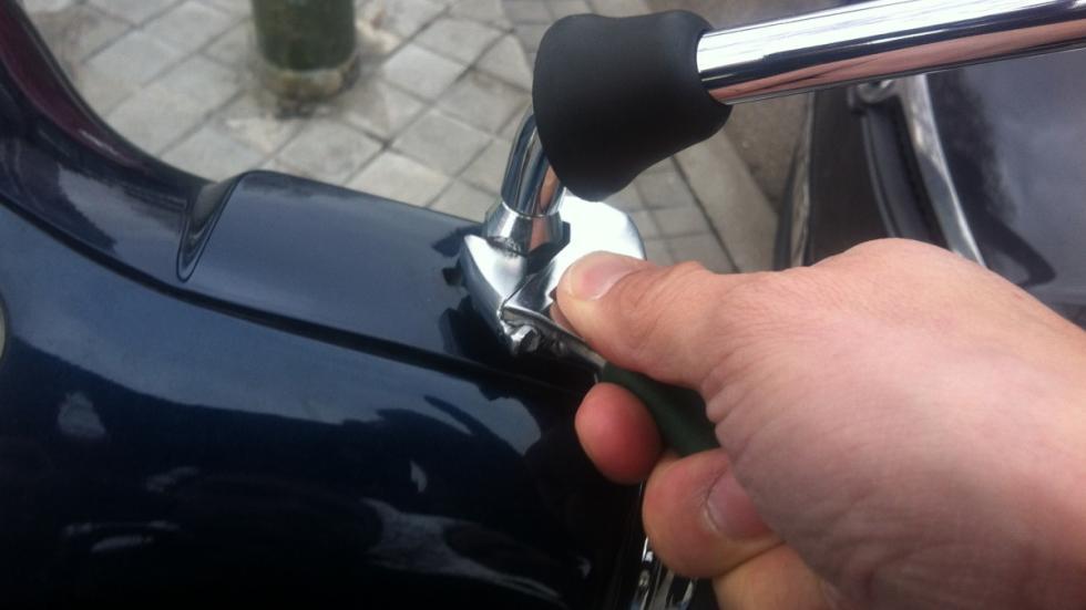 Cómo-regular-retrovisor-moto-aflojar-tuerca