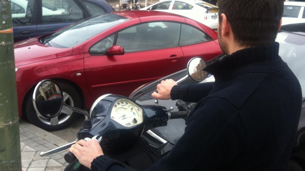 Cómo-regular-retrovisor-moto-colocar-a-mano