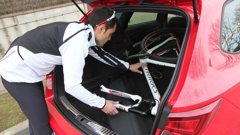 Tony Gallardo con un Seat León ST Cupra