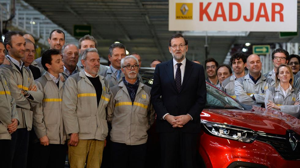 Mariano Rajoy con trabajadores de la fábrica de Renault en Palencia