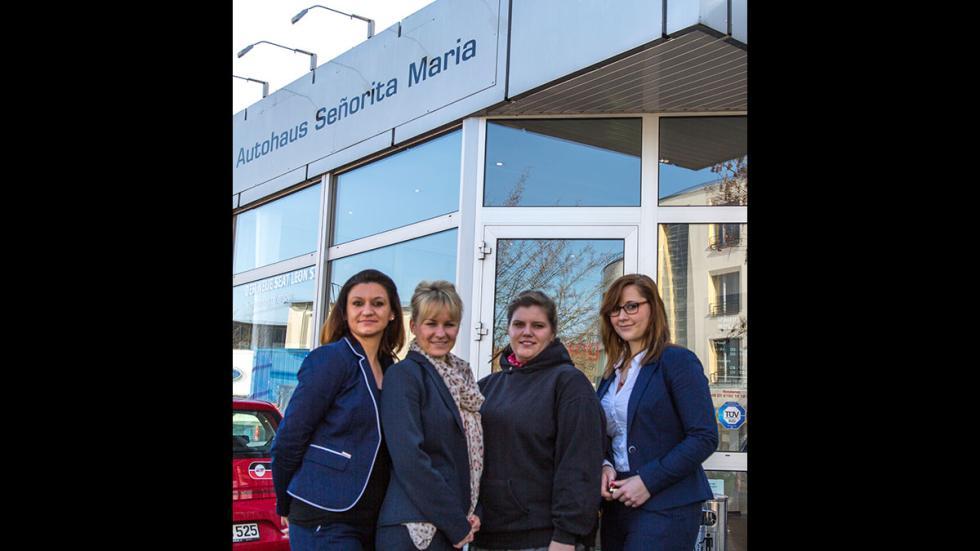 María Ekner y su equipo fuera del concesionario de Seat Señorita María