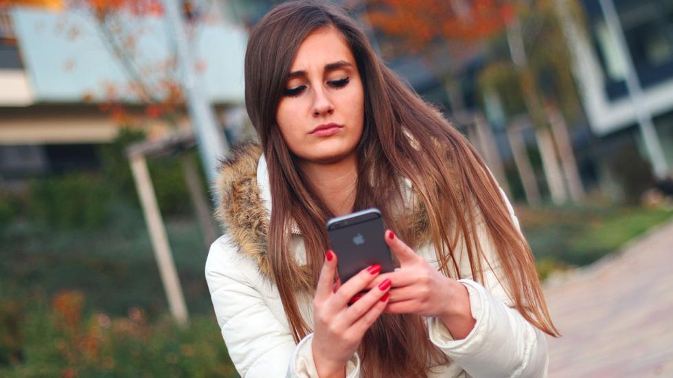 Chica con un iphone