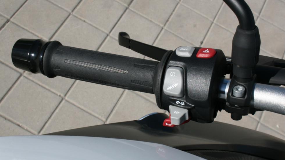 prueba-BMW-F800-R-2015-faro-puño-izquierdo-controles