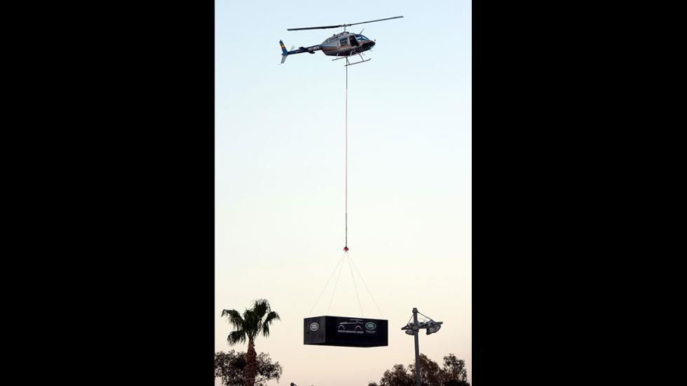 El Land Rover Discovery colgado de un helicóptero