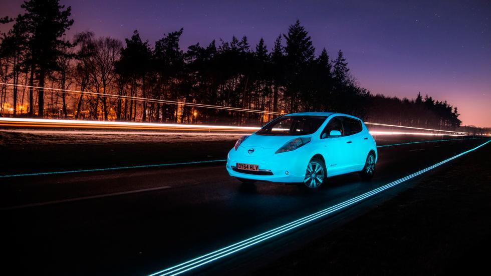 Nissan Leaf fluorescente - carretera y coche