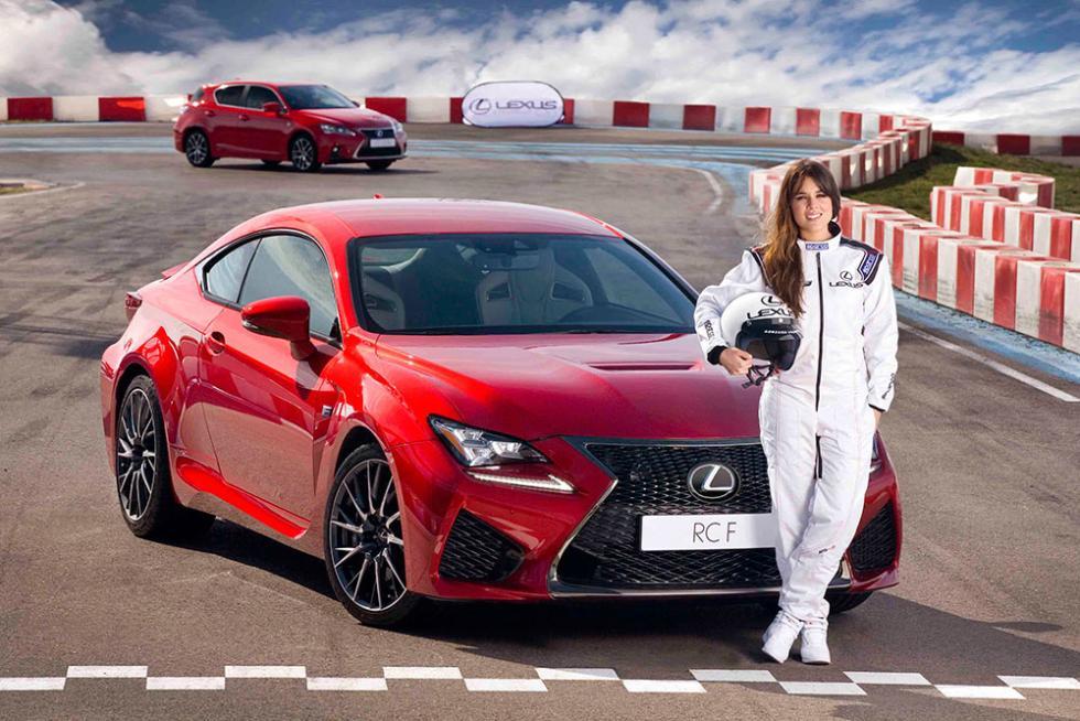 Adriana Ugarte posa con el Lexus