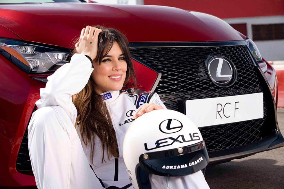 Adriana Ugarte con su casco Lexus personalizado