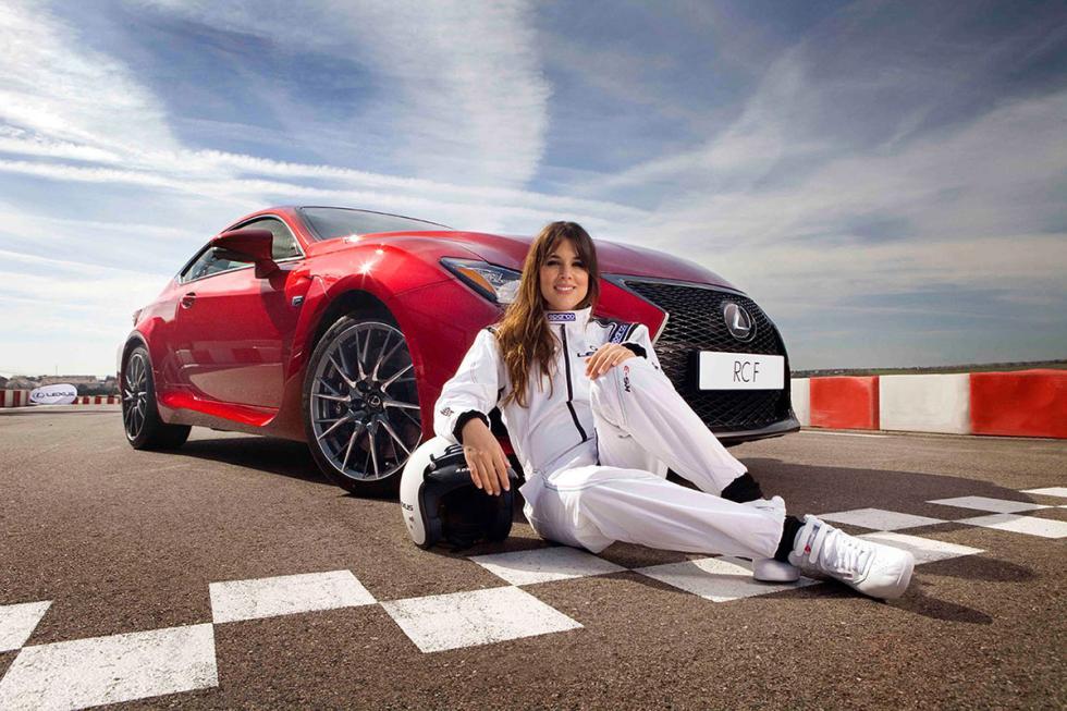 Foto de Adriana Ugarte con el Lexus RC F