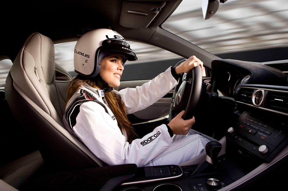 Adriana Ugarte con casco dentro del Lexus RC F