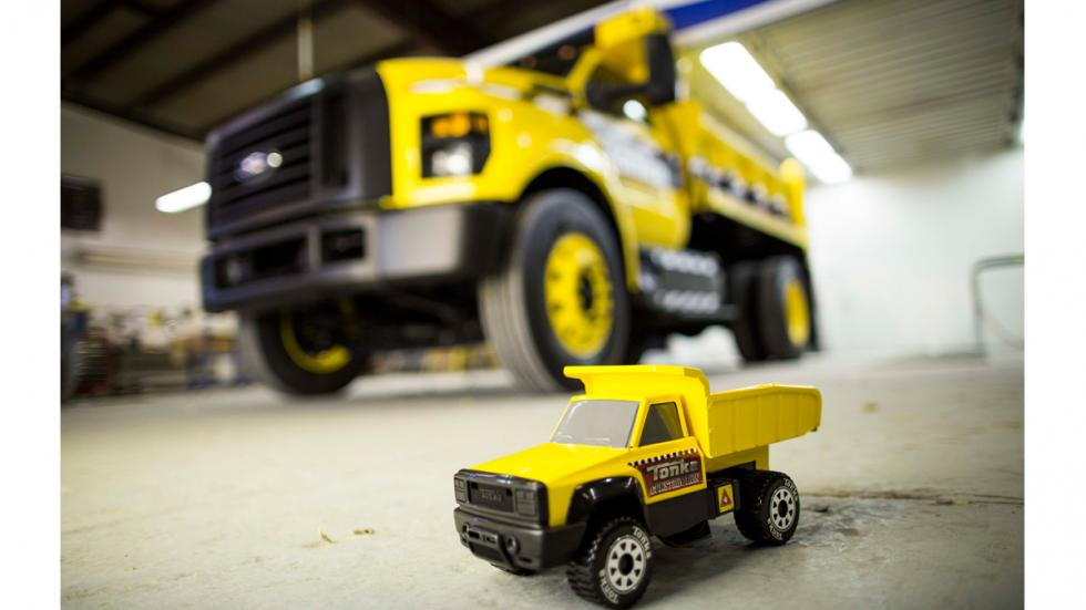Camión de juguete Tonka y Ford F-750 TONKA - suelo