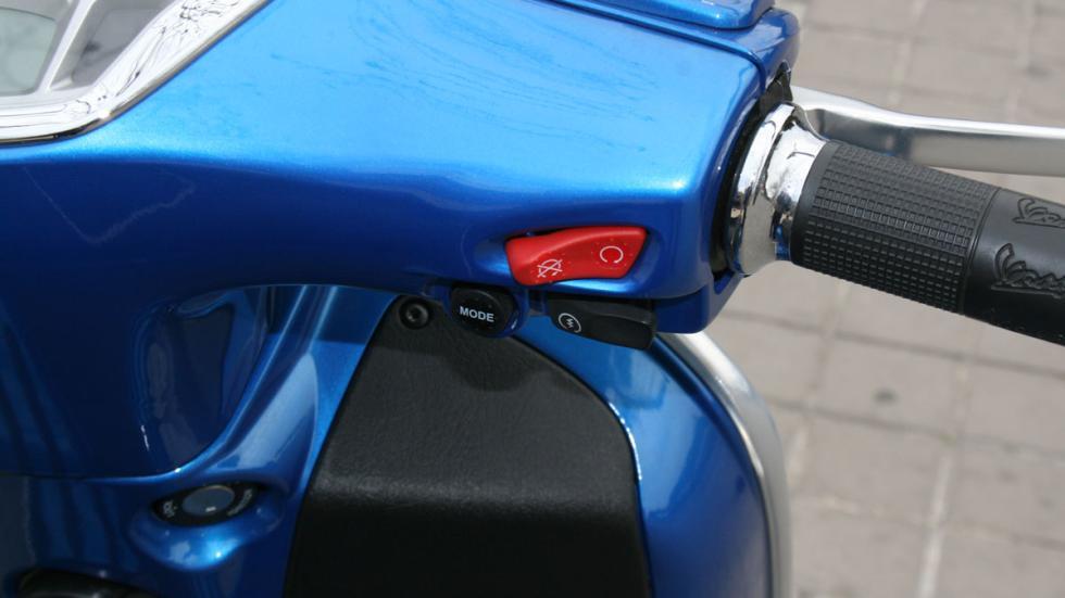 Vespa-GTS-300-ie-Sport-maneta-derecha