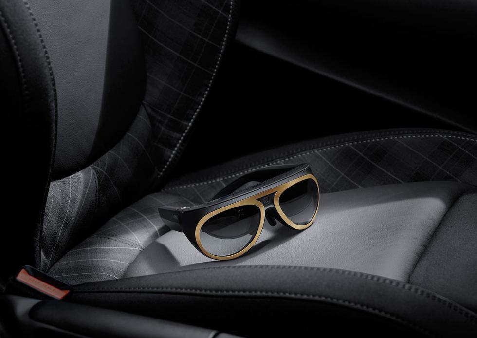 Gafas Mini Augmented Vision sobre el asiento de un Mini