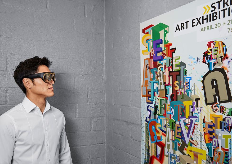 Hombre con las gafas Mini Augmented Vision puestas