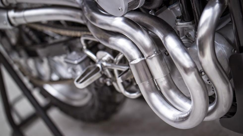 Escapes elevados de aluminio pulido en la Sportster American Scrambler