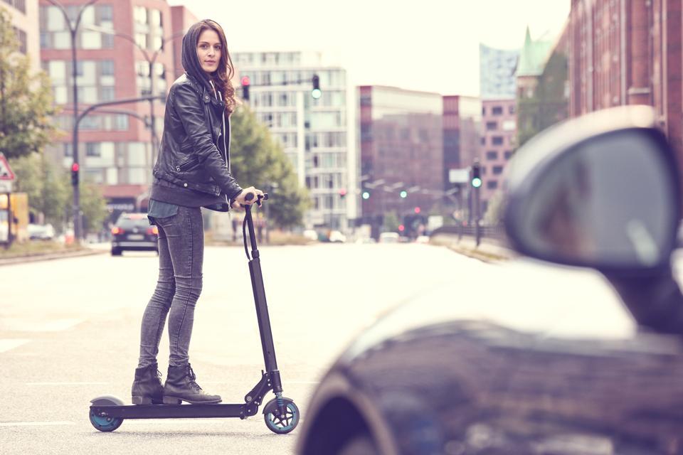 Chica en patinete eléctrico Egret One-S