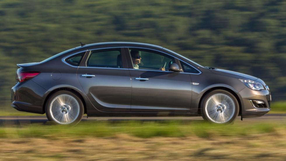 coches-curiosos-shanghai-2015-Opel-Astra-Sedan