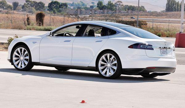 Tesla Model S tres cuartos trasero