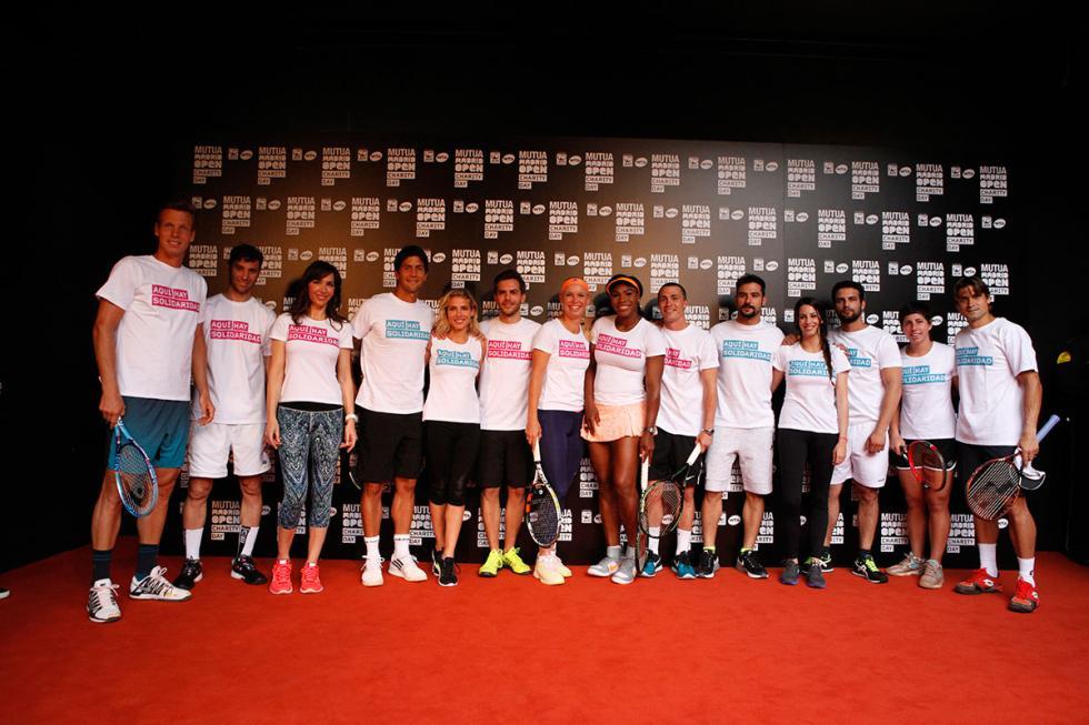 Famosos y tenistas posan antes de competir en la II Edición del Charity Day