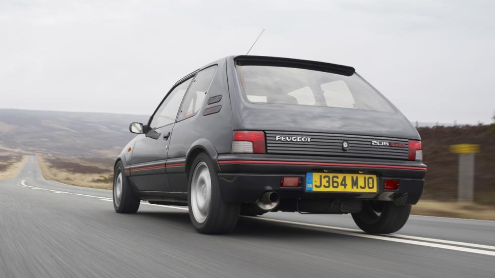 versiones-increiblemente-divertidas-coches-normalitos-peugeot-205-gti-zaga