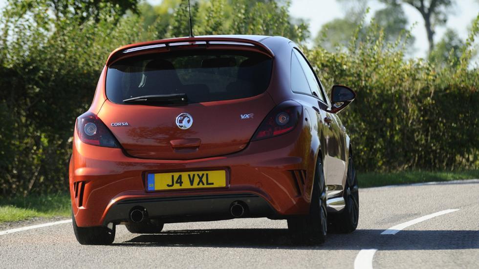 versiones-increiblemente-divertidas-coches-normalitos-Opel-Corsa-OPC-zaga