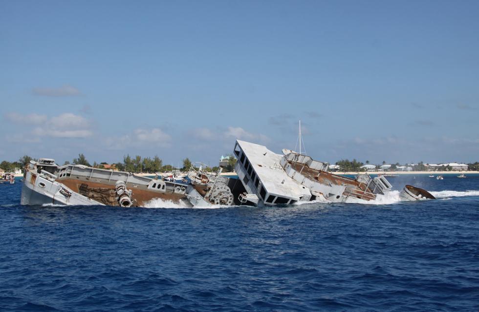 Momento del naufragio del barco U.S.S. Kittiwake