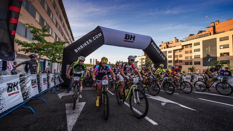 Salida de la Madrid-Segovia MTB 2015 en el barrio de Montecarmelo.