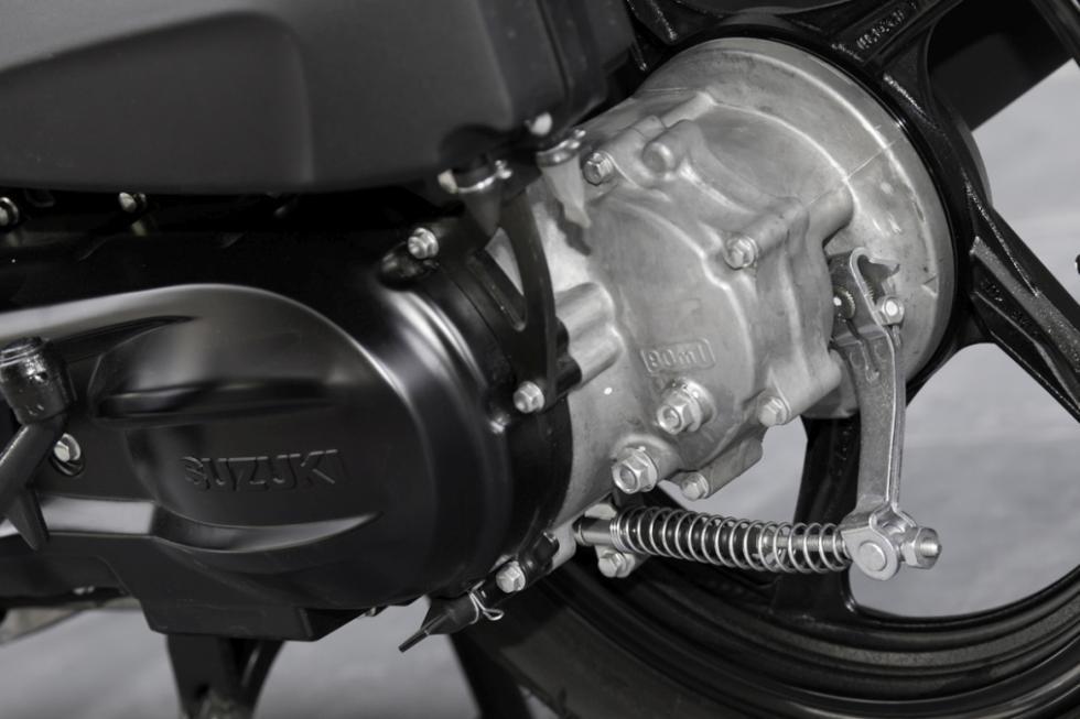 Suzuki Address presentación . Motor y freno trasero.