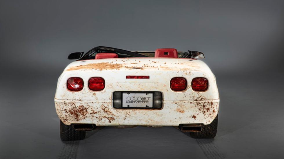 Corvette 1 millon destrozado socavon museo trasera