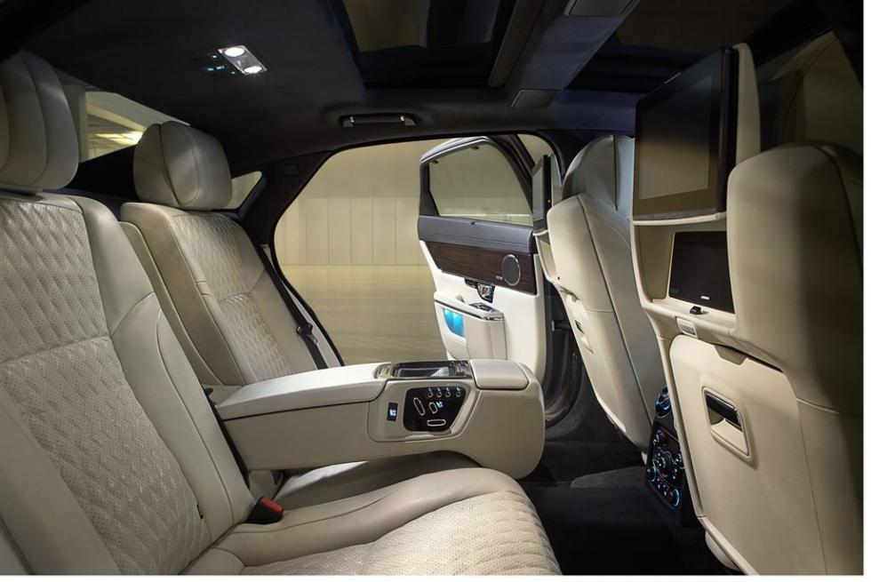 Sistema de infoentretenimiento del Jaguar XJ en la parte trasera.