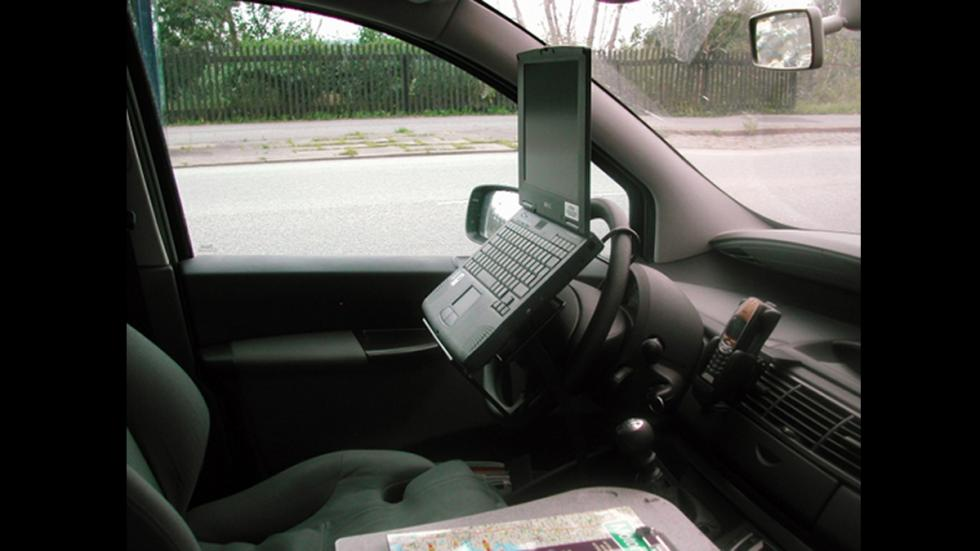 peores-accesorios-para-coches-soporte-ordenador-volante